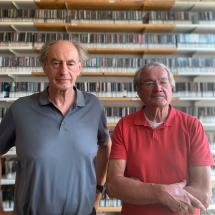 Die Studiogäste Konrad Geyer und Karl-Ernst Fetzer vor der Wand im Musikarchiv