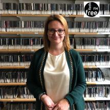 Ronja Kemmer vor der Wand im Musikarchiv