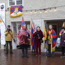 Mitglieder der Tibet Initiative am Tibet-Flaggentag
